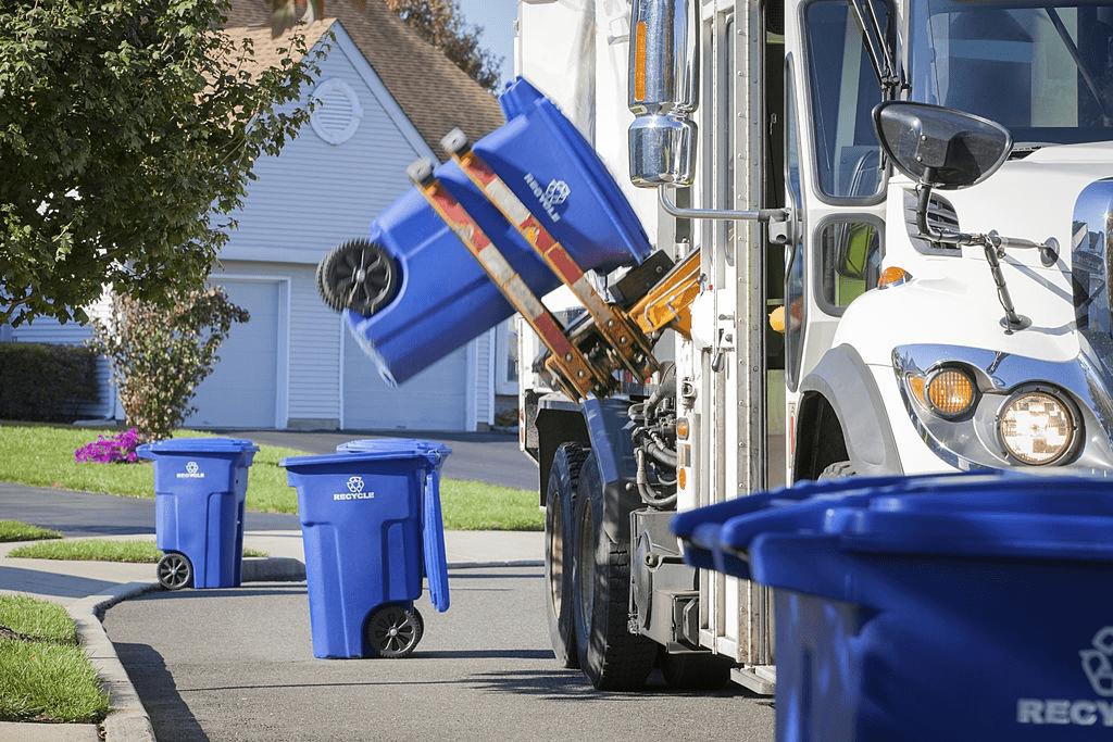camion de reciclaje levantando contenedor